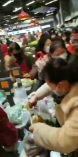 People fighting over food in Wuhan-8qdwLLq73yk.mp4