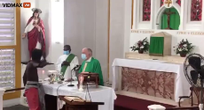 The priest got robbed during the Mass service.mp4