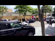 James Woods - This is a car being stopped in Santa Monica, CA by protestors in broad daylight and the passengers being beaten ... #DefundThePolice #Democrats-1273409736759599104.mp4