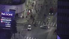 20200925_Kenny_Holmes_-_MOMENTS_AGO_-_Prius_drives_through_a_protest_in_Hollywood,_protestors_then_chase_the__twitter.com_Kenny Holmes.mp4